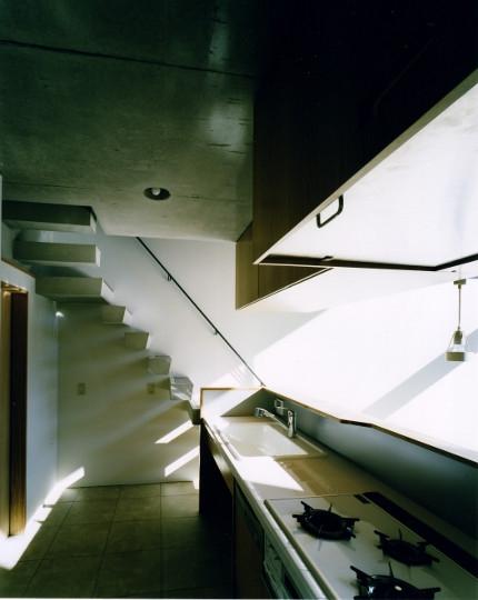 日本橋-川辺の家の写真 キッチンから見る寝室
