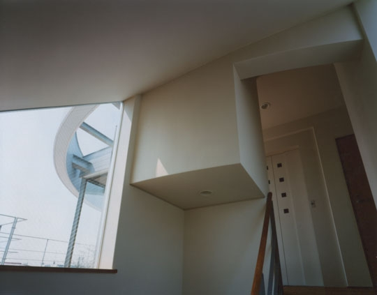 コーナーガーデンの家の部屋 踊場から見るテラス