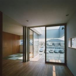 コーナーガーデンの家 (寝室から見るバルコニー)