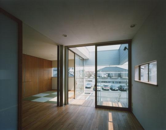 コーナーガーデンの家の部屋 寝室から見るバルコニー