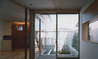 コーナーガーデンの家 (1F寝室から見る庭)