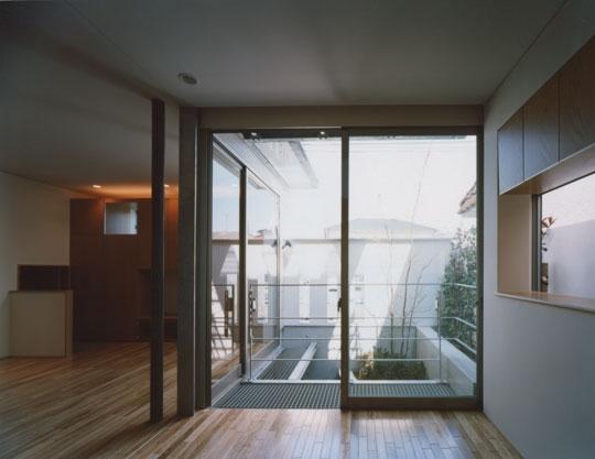 コーナーガーデンの家の部屋 1F寝室から見る庭