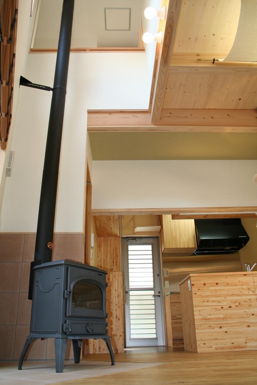 パティオのある風の家の部屋 薪ストーブのあるリビング