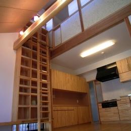 土間ワークスペースのある蔵の家 (リビング本棚)