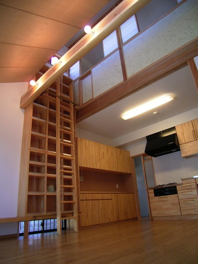 土間ワークスペースのある蔵の家の部屋 リビング本棚