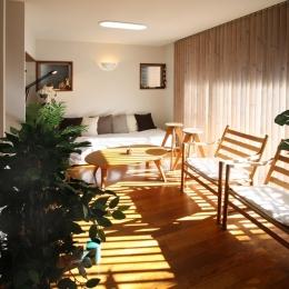 中庭のある家 (木製縦型ブラインドが陽の光をコントロールする居間)