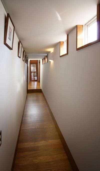 ギャラリーのような廊下 (中庭のある家)