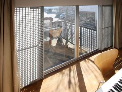 ファイバーグレーチングで耐震補強の子供室 (中庭のある家)