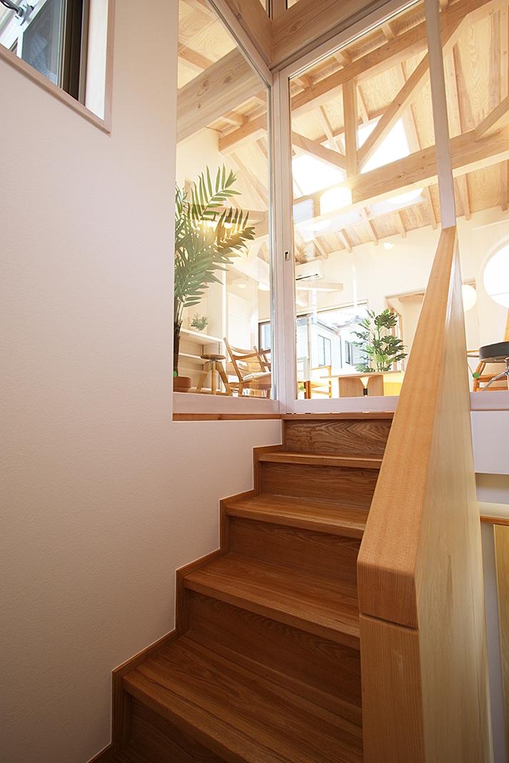 ツインバルコニーの家の部屋 1間巾でもゆったりした階段