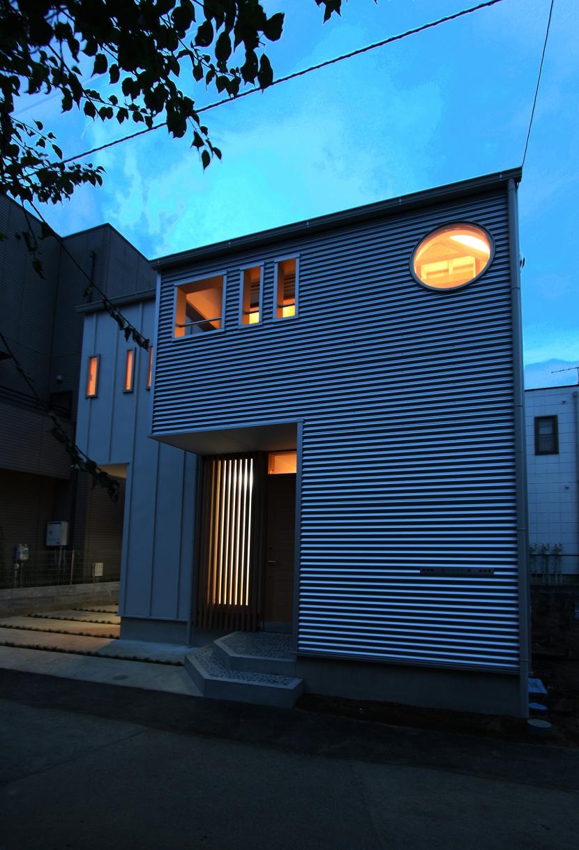 ツインバルコニーの家の写真 夕暮れどきのたたずまい