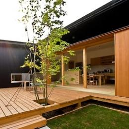 ANA   nHOUSE -ガレージで囲われた中庭のある平屋- (中庭デッキ)