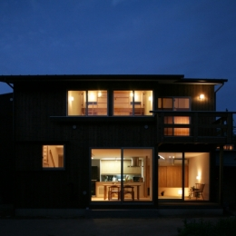 西船の家 ー母家に寄り添う長男の家ー (南側夜景外観)