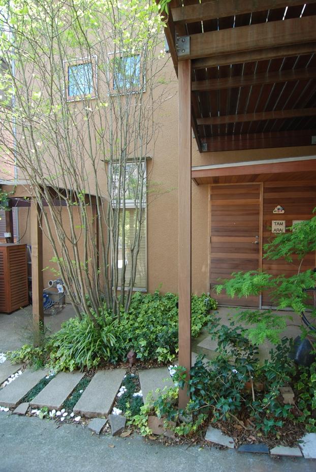 小さな家~緑の中で暮らす木のアトリエ付住宅~ (製作木製玄関扉としたい)