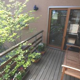 屋外空間を楽しみたい (小さな家~緑の中で暮らす木のアトリエ付住宅~)