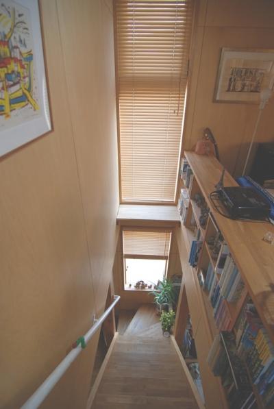 階段で本を読む (小さな家~緑の中で暮らす木のアトリエ付住宅~)