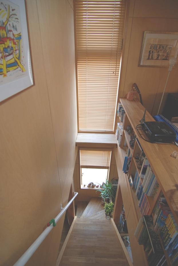 小さな家~緑の中で暮らす木のアトリエ付住宅~ (階段で本を読む)