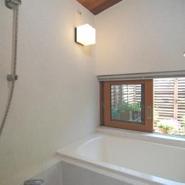 小さな家~緑の中で暮らす木のアトリエ付住宅~ (小さくても浴室には窓が欲しい)