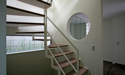 ひかりを組み込む家 (階段から地窓)