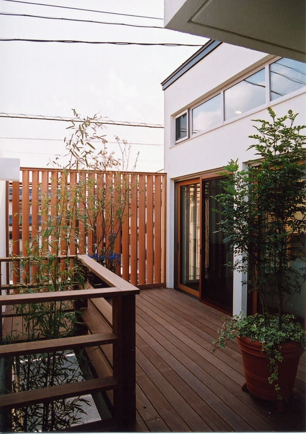 都市型住宅-自然を取り込む (インナーテラスで視線を気にせずアウトドアを楽しむ)