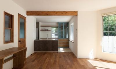 武蔵野の緑に映える青屋根の家 – jasmin bleu -