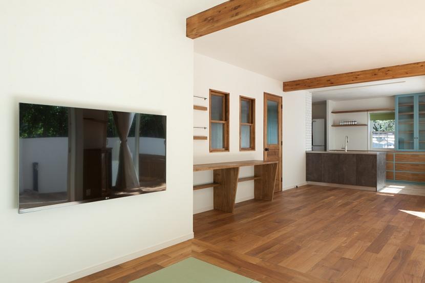 武蔵野の緑に映える青屋根の家 – jasmin bleu -の部屋 リビング1