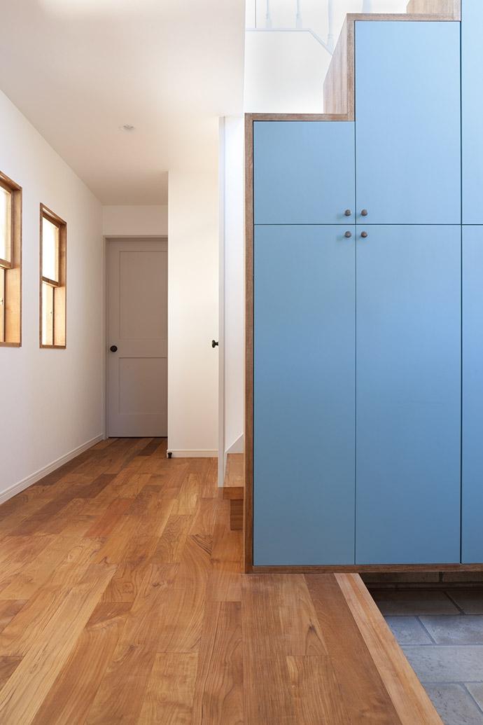 武蔵野の緑に映える青屋根の家 – jasmin bleu -の写真 玄関