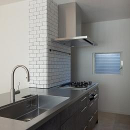 武蔵野の緑に映える青屋根の家 – jasmin bleu - (キッチン)