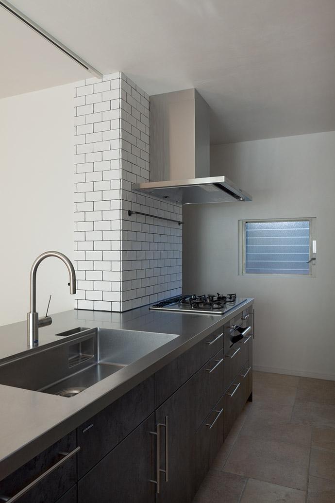武蔵野の緑に映える青屋根の家 – jasmin bleu -の写真 キッチン