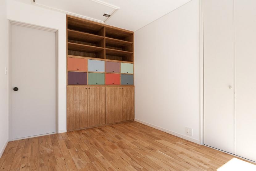 武蔵野の緑に映える青屋根の家 – jasmin bleu -の写真 2F洋室