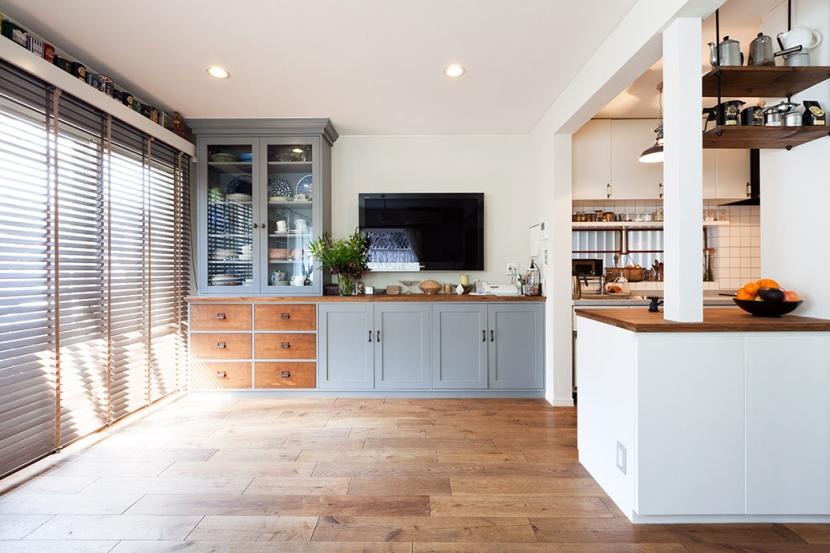 アンティーク雑貨が揃うカフェのような美しい住空間 – BASC GRAY -の部屋 リビングボード・造作家具