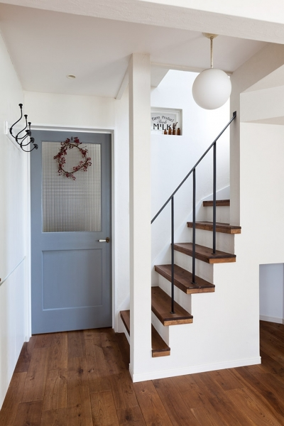 階段 (アンティーク雑貨が揃うカフェのような美しい住空間 – BASC GRAY -)