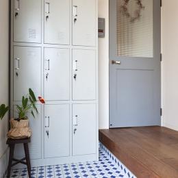 アンティーク雑貨が揃うカフェのような美しい住空間 – BASC GRAY - (玄関)