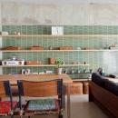 壁のシェルフがマイギャラリー 愛猫と暮らす料理人夫婦