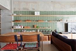 壁のシェルフがマイギャラリー 愛猫と暮らす料理人夫婦 (リビングダイニング1)