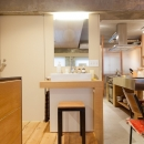 壁のシェルフがマイギャラリー 愛猫と暮らす料理人夫婦の写真 洗面台