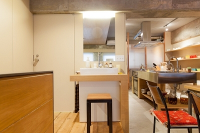 洗面台 (壁のシェルフがマイギャラリー 愛猫と暮らす料理人夫婦)