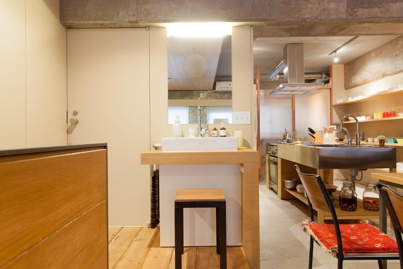 壁のシェルフがマイギャラリー 愛猫と暮らす料理人夫婦 (洗面台)
