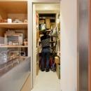 壁のシェルフがマイギャラリー 愛猫と暮らす料理人夫婦の写真 収納