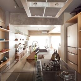 キッチン2 (壁のシェルフがマイギャラリー 愛猫と暮らす料理人夫婦)