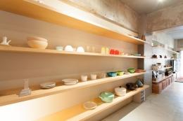 壁のシェルフがマイギャラリー 愛猫と暮らす料理人夫婦 (キッチンシェルフ)