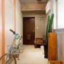 壁のシェルフがマイギャラリー 愛猫と暮らす料理人夫婦の写真 廊下