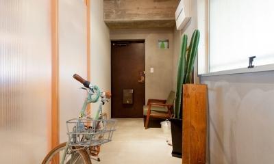 壁のシェルフがマイギャラリー 愛猫と暮らす料理人夫婦 (廊下)