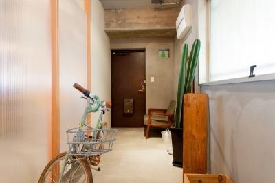 廊下 (壁のシェルフがマイギャラリー 愛猫と暮らす料理人夫婦)