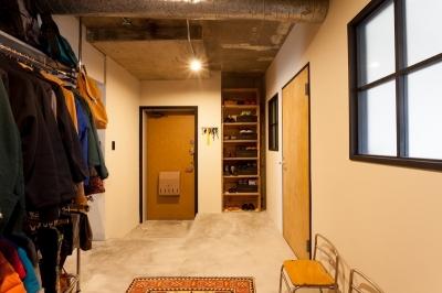 玄関土間1 (家を育てるリノベーション 好きなものに囲まれた暮らし)