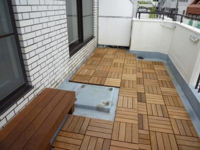 ウッドデッキのバルコニー (六本木のビンテージマンションリノベーション)