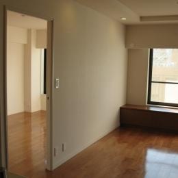 六本木のビンテージマンションリノベーション (寝室へと続くリビング)