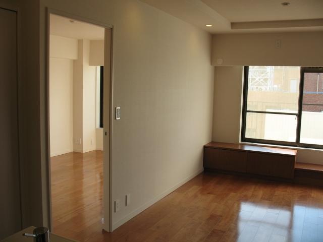 六本木のビンテージマンションリノベーションの部屋 寝室へと続くリビング
