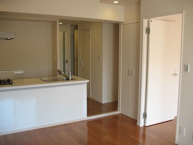 六本木のビンテージマンションリノベーションの部屋 キッチンフロント部には収納も