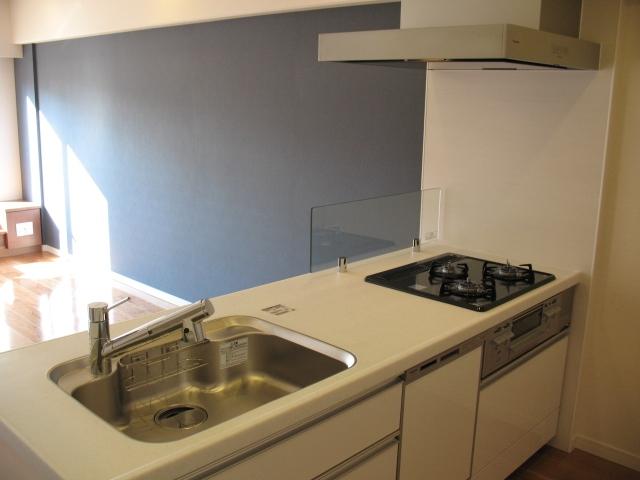 六本木のビンテージマンションリノベーションの部屋 カウンターキッチンとしての使用も