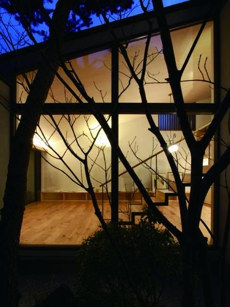 若林M邸-既存樹木を活かした3つの中庭を配する棲家-の部屋 中庭から